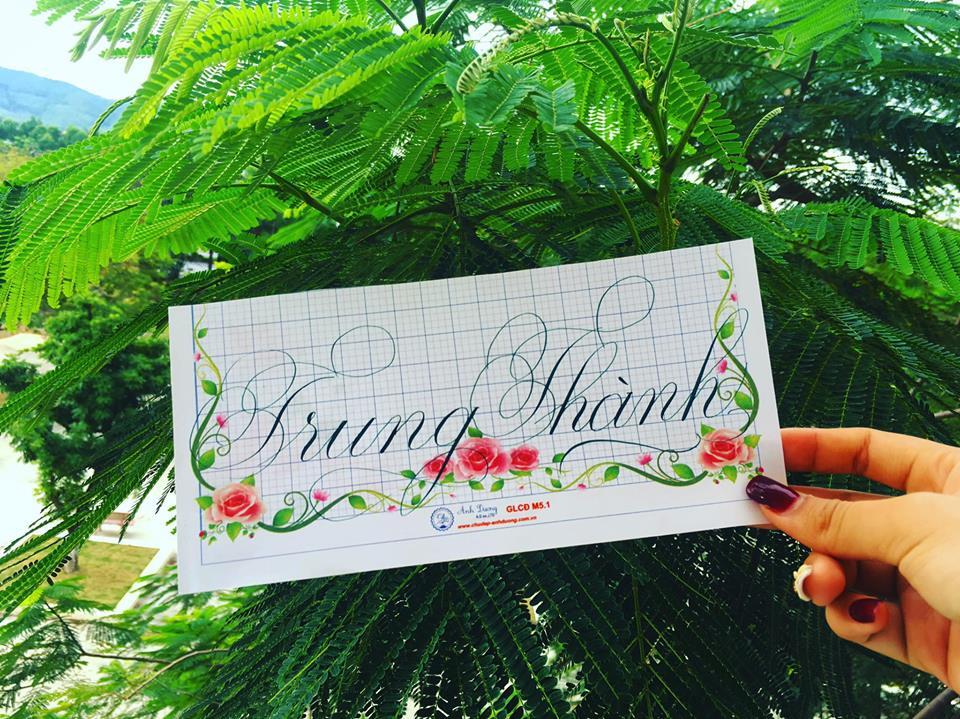 viet ten voi chu nghe thuat 10 - Kỹ thuật luyện chữ: Bảng chữ cái mẫu thường, mẫu hoa, chữ hoa sáng tạo