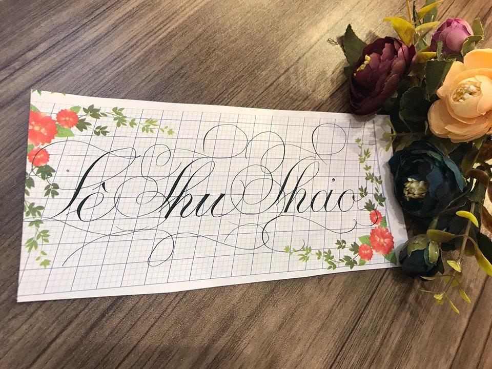 viet ten voi chu nghe thuat 13 - Kỹ thuật luyện chữ: Bảng chữ cái mẫu thường, mẫu hoa, chữ hoa sáng tạo