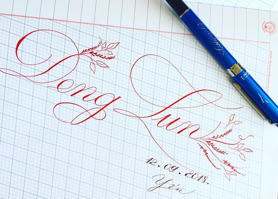 viet ten voi chu nghe thuat 18 - Kỹ thuật luyện chữ: Bảng chữ cái mẫu thường, mẫu hoa, chữ hoa sáng tạo