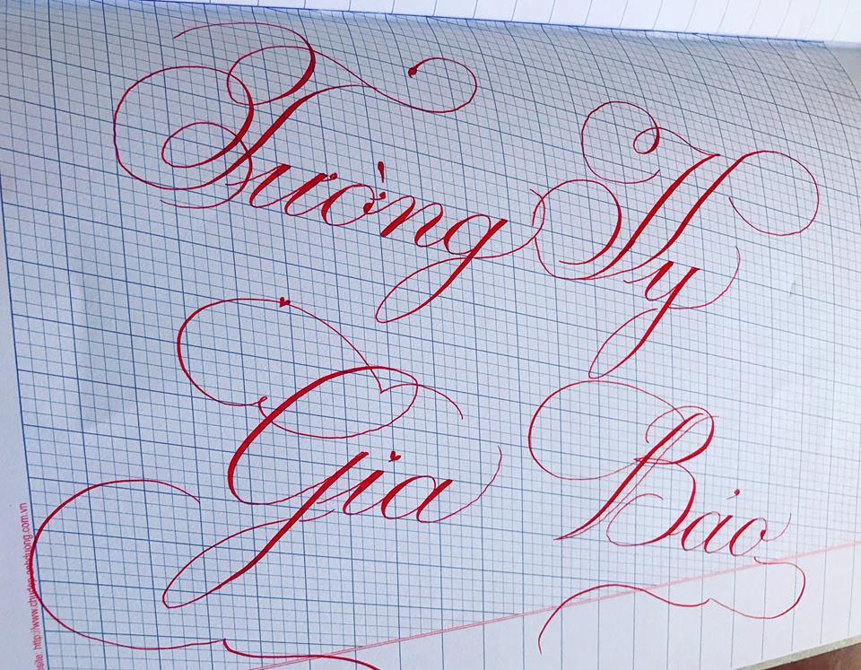 viet ten voi chu nghe thuat 20 - Kỹ thuật luyện chữ: Bảng chữ cái mẫu thường, mẫu hoa, chữ hoa sáng tạo