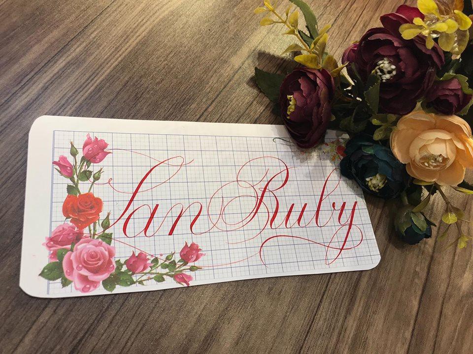 viet ten voi chu nghe thuat 29 - Kỹ thuật luyện chữ: Bảng chữ cái mẫu thường, mẫu hoa, chữ hoa sáng tạo