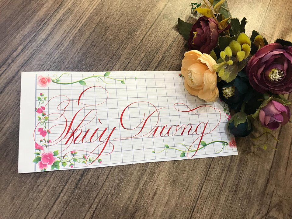viet ten voi chu nghe thuat 4 - Kỹ thuật luyện chữ: Bảng chữ cái mẫu thường, mẫu hoa, chữ hoa sáng tạo