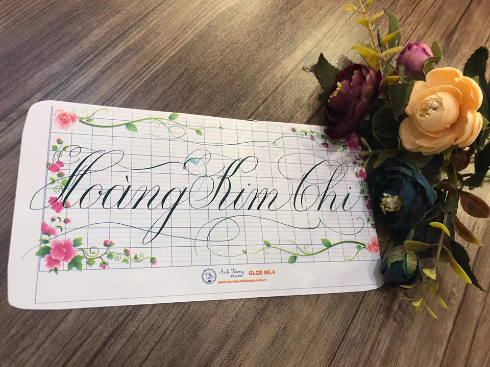viet ten voi chu nghe thuat 5 - Kỹ thuật luyện chữ: Bảng chữ cái mẫu thường, mẫu hoa, chữ hoa sáng tạo