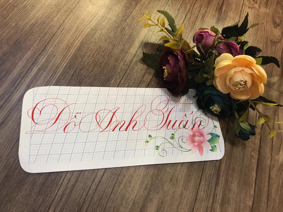 viet ten voi chu nghe thuat 6 - Kỹ thuật luyện chữ: Bảng chữ cái mẫu thường, mẫu hoa, chữ hoa sáng tạo