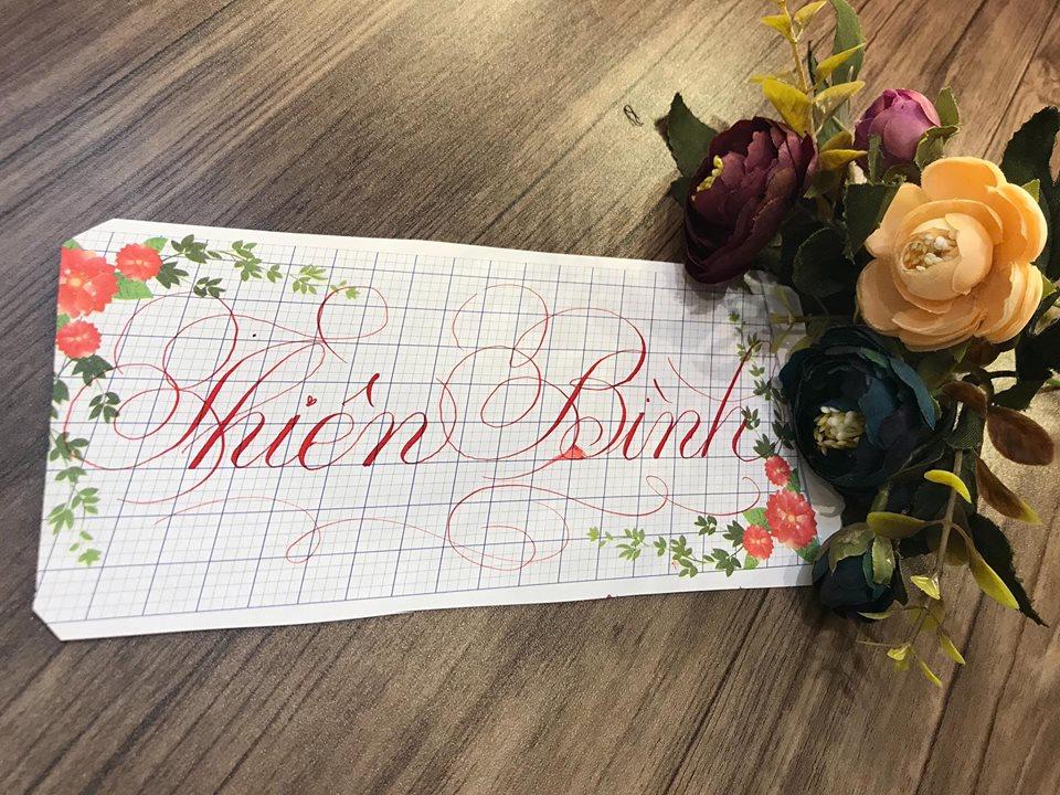 viet ten voi chu nghe thuat 7 - Kỹ thuật luyện chữ: Bảng chữ cái mẫu thường, mẫu hoa, chữ hoa sáng tạo