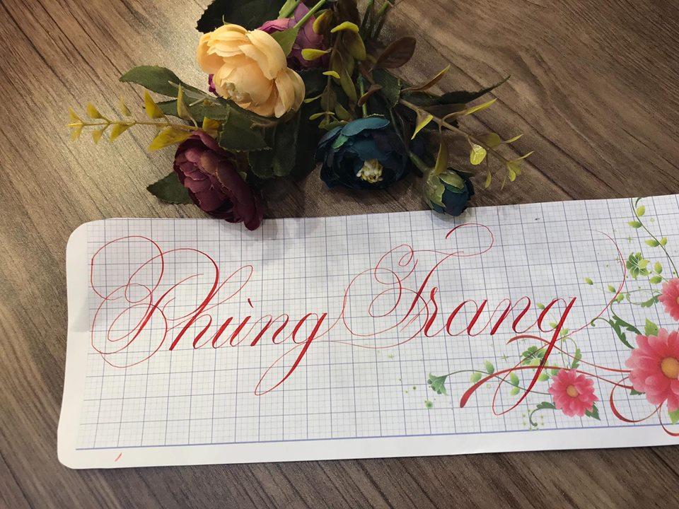 viet ten voi chu nghe thuat 8 - Kỹ thuật luyện chữ: Bảng chữ cái mẫu thường, mẫu hoa, chữ hoa sáng tạo