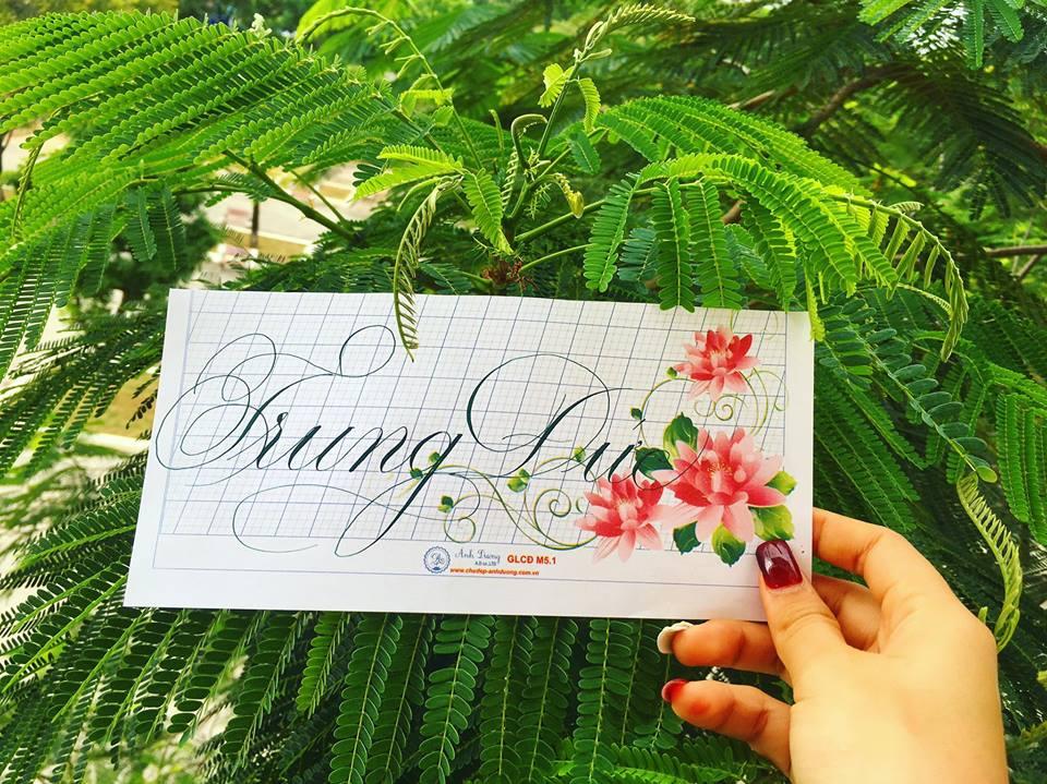 viet ten voi chu nghe thuat 9 - Kỹ thuật luyện chữ: Bảng chữ cái mẫu thường, mẫu hoa, chữ hoa sáng tạo